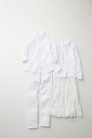 白色でコーディネートされた男女の服