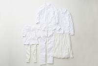 白色でコーディネートされた大人と子供の服