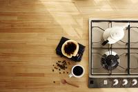キッチンでコーヒーを淹れる 10179009839| 写真素材・ストックフォト・画像・イラスト素材|アマナイメージズ