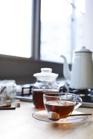 キッチンで紅茶を淹れる 10179009841| 写真素材・ストックフォト・画像・イラスト素材|アマナイメージズ