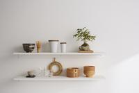 キッチン用品の置かれた棚 10179009977| 写真素材・ストックフォト・画像・イラスト素材|アマナイメージズ