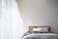 明るい光の入ったナチュラルなベッドルーム 10179010009| 写真素材・ストックフォト・画像・イラスト素材|アマナイメージズ