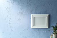 青い壁と額 10179010076| 写真素材・ストックフォト・画像・イラスト素材|アマナイメージズ