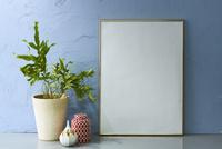 青い壁と額 10179010077| 写真素材・ストックフォト・画像・イラスト素材|アマナイメージズ