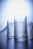3つの凹凸のあるグラスを見上げる 10179010094| 写真素材・ストックフォト・画像・イラスト素材|アマナイメージズ
