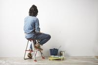 壁を向いて脚立に座っている男性 10179010109| 写真素材・ストックフォト・画像・イラスト素材|アマナイメージズ