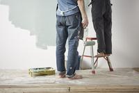 壁を塗る男性と女性 10179010119| 写真素材・ストックフォト・画像・イラスト素材|アマナイメージズ