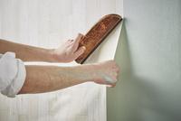 壁紙を貼る男性の手 10179010130| 写真素材・ストックフォト・画像・イラスト素材|アマナイメージズ