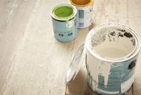 床に置かれた3つのペンキ缶 10179010156| 写真素材・ストックフォト・画像・イラスト素材|アマナイメージズ