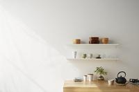 キッチンと白い棚 10179010157| 写真素材・ストックフォト・画像・イラスト素材|アマナイメージズ