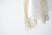 上から吊り下がった白い布 10179010167| 写真素材・ストックフォト・画像・イラスト素材|アマナイメージズ