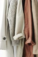 吊ってあるベージュの服 10179010171| 写真素材・ストックフォト・画像・イラスト素材|アマナイメージズ