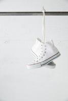 バーに吊り下がった白いスニーカー 10179010174| 写真素材・ストックフォト・画像・イラスト素材|アマナイメージズ