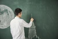 満月が描かれた黒板にタワーのイラストを描く 10179010237| 写真素材・ストックフォト・画像・イラスト素材|アマナイメージズ