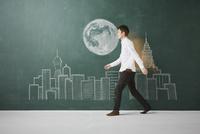 ビル群と満月が描かれた黒板イラストを横切る 10179010251| 写真素材・ストックフォト・画像・イラスト素材|アマナイメージズ