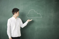 黒板に書かれた雲を持つ人 10179010252| 写真素材・ストックフォト・画像・イラスト素材|アマナイメージズ