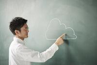 黒板に書かれた雲を指差す人 10179010253| 写真素材・ストックフォト・画像・イラスト素材|アマナイメージズ