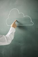 黒板に書かれた雲を指差す 10179010255| 写真素材・ストックフォト・画像・イラスト素材|アマナイメージズ