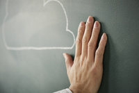 黒板に書かれた雲に手を添える 10179010256| 写真素材・ストックフォト・画像・イラスト素材|アマナイメージズ