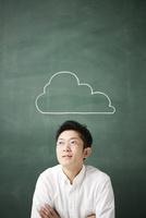 黒板に書かれた雲の前で考える人 10179010258| 写真素材・ストックフォト・画像・イラスト素材|アマナイメージズ