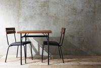 ナチュラルな壁と床と椅子とテーブル 10179010340| 写真素材・ストックフォト・画像・イラスト素材|アマナイメージズ