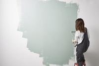 壁を塗る女性 10179010514| 写真素材・ストックフォト・画像・イラスト素材|アマナイメージズ