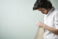 壁紙を持つ男性 10179010532| 写真素材・ストックフォト・画像・イラスト素材|アマナイメージズ