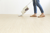 掃除機をかける人の足元 10179010614| 写真素材・ストックフォト・画像・イラスト素材|アマナイメージズ