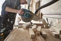 押し切りで木材を切る男性 10179010620| 写真素材・ストックフォト・画像・イラスト素材|アマナイメージズ