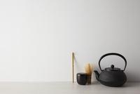 白い背景と茶道具 10179010683| 写真素材・ストックフォト・画像・イラスト素材|アマナイメージズ