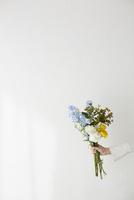 壁前でブーケを持つ女性の手 10179010768| 写真素材・ストックフォト・画像・イラスト素材|アマナイメージズ