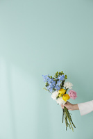 グリーンの壁前で花束を持つ女性の手 10179010772| 写真素材・ストックフォト・画像・イラスト素材|アマナイメージズ