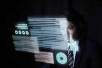 宙に浮いたデータを眺めるビジネスマン 10179011926| 写真素材・ストックフォト・画像・イラスト素材|アマナイメージズ