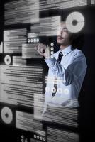 宙に浮いたデータをタッチするビジネスマン 10179011927| 写真素材・ストックフォト・画像・イラスト素材|アマナイメージズ