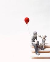 風船を持つ若者と子どものクラフト 10186000271  写真素材・ストックフォト・画像・イラスト素材 アマナイメージズ