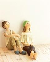 部屋で寛ぐ二人の女性 クラフト 10186000275| 写真素材・ストックフォト・画像・イラスト素材|アマナイメージズ