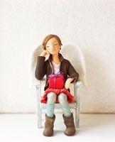 椅子に座り部屋で寛ぐ女性のクラフト