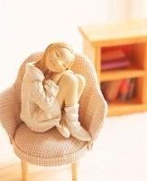 椅子に座り部屋で寛ぐ女性のクラフト 10186000293| 写真素材・ストックフォト・画像・イラスト素材|アマナイメージズ