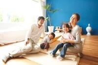 リビングでくつろぐ家族 10186000300| 写真素材・ストックフォト・画像・イラスト素材|アマナイメージズ