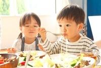 食事をする2人の子供