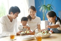 食事をする4人家族 10186000337| 写真素材・ストックフォト・画像・イラスト素材|アマナイメージズ