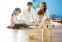 リビングで積木遊びをする家族