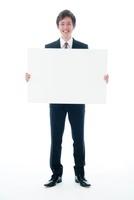 メッセージボードを持つビジネスマン 10186001540  写真素材・ストックフォト・画像・イラスト素材 アマナイメージズ