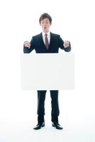 メッセージボードを宙に浮かすビジネスマン 10186001546  写真素材・ストックフォト・画像・イラスト素材 アマナイメージズ