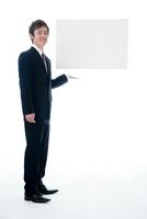 メッセージボードを宙に浮かすビジネスマン