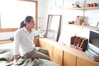ベッドに座る男性