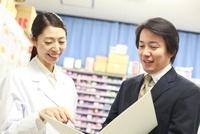 女医と談笑するMR