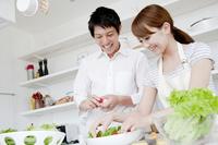 キッチンで料理をするカップル