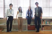 横一列に並ぶ私服の男女ビジネスマン4人 10186004046| 写真素材・ストックフォト・画像・イラスト素材|アマナイメージズ