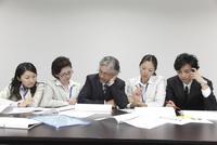 横一列で考え事をする5人の男女ビジネスマン 10186004338| 写真素材・ストックフォト・画像・イラスト素材|アマナイメージズ